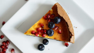 Brownie-Cheesecake mit Heidelbeeren
